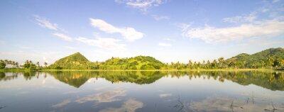Adesivo Panorama della collina di montagna con cielo riflessione