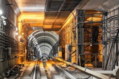 Adesivo Passando lungo il tunnel della metropolitana sotterranea