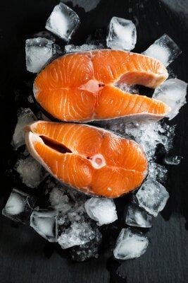 Adesivo pezzi di salmone fresco sul ghiaccio