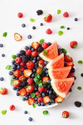 Adesivo piatto di frutta e bacche su bianco. mirtillo, fragola, lampone, mora, anguria
