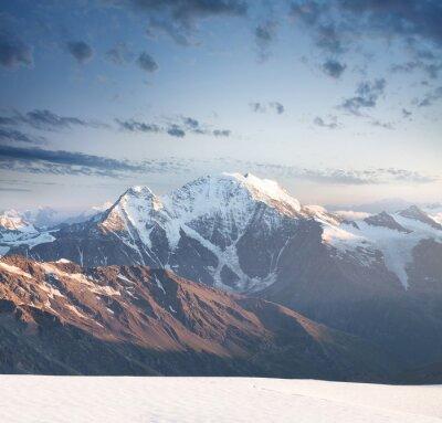 Adesivo picco di alta montagna durante l'alba. Splendido paesaggio naturale nel periodo estivo ..