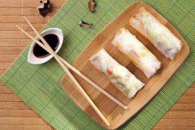 Adesivo Porzione di involtini primavera su una tavola di bambù