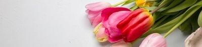 Adesivo Profumo di primavera tulipani alzato su uno sfondo blu chiaro, disegno del bordo bandiera panoramica