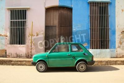 Adesivo Remedios, CUBA - 20 febbraio: Old car polacca Fiat 126 il 20 febbraio 2011 in Remedios, Cuba. New Change in legge consente cubani al commercio auto. Auto in Cuba sono molto antiche: a causa della vecc
