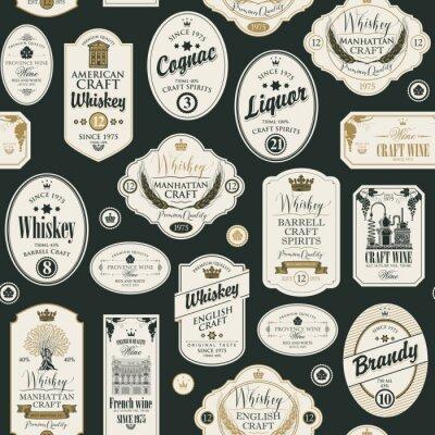 Adesivo Reticolo senza giunte con collage di etichette per varie bevande alcoliche in stile retrò con iscrizioni di whisky, liquori, cognac, vino, brandy.