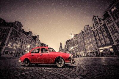 Adesivo Retro automobile rossa su ciottoli centro storico in caso di pioggia. Wroclaw, in Polonia.
