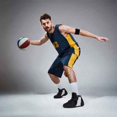 Adesivo Ritratto integrale di un giocatore di basket con la palla