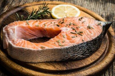 Adesivo salmone crudo fresco sul tagliere di legno