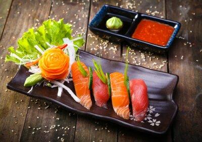 Adesivo Salmone giapponese, sushi di tonno e salsa primo piano