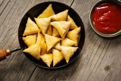 Adesivo Samosas - popolare indiano profondo spuntino fritto con ripieno di patate e coperto con crosta croccante