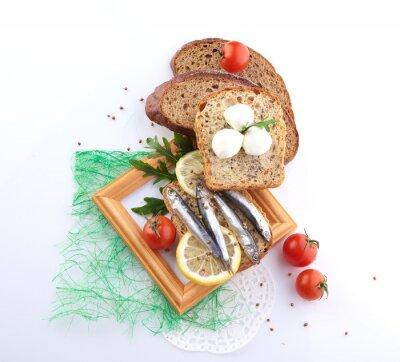 Adesivo sardine su fetta di pane
