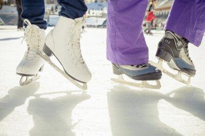 Adesivo scarpe pattinaggio del primo piano di pattinaggio su ghiaccio all'aperto in pista di pattinaggio
