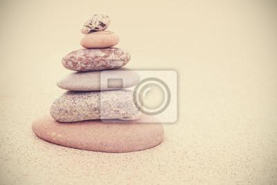 Adesivo Seppia retrò stilizzato piramide di pietra sulla sabbia, armonia ed equilibrio