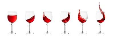 Adesivo set di bicchieri di vino con spruzzi di vino isolato sul retro bianco