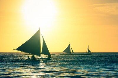 Adesivo Silhouette di tipiche imbarcazioni a vela al tramonto in isola di Boracay in Filippine