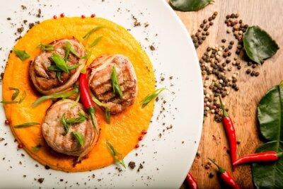 Adesivo Spicy frittelle a base di carne di pollo e di manzo con salsa e le erbe nella ricetta Thai da cuoco