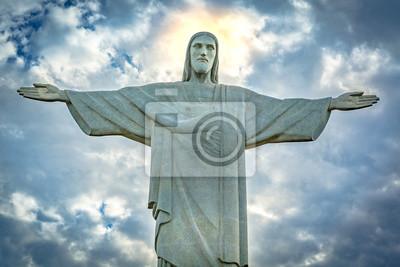 Adesivo Statua del Cristo Redentore sotto un cielo drammatico tramonto. Cristo Redentore è una statua in stile Art Déco creata dallo scultore francese Paul Landowski
