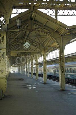 Adesivo Stazione ferroviaria - 5 - Railroad piattaforma della stazione con un orologio appeso,