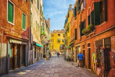 Adesivo Stretto canale tra le vecchie case colorate di mattoni a Venezia