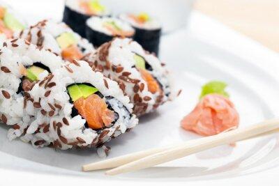 Adesivo Sushi con salmone, avocado, riso in alga servito con wasabi e zenzero.