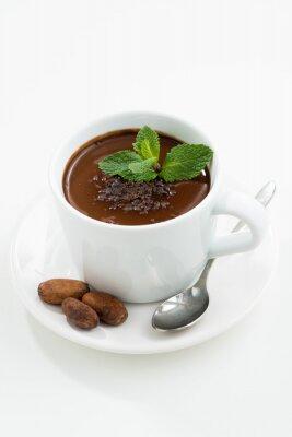 Adesivo tazza con caldo cioccolato menta sul tavolo bianco, verticale