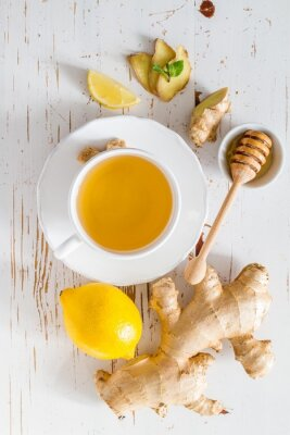 Adesivo tè e gli ingredienti su sfondo bianco legno Zenzero