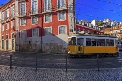 Adesivo tram di Lisbona d'epoca sulla via della città