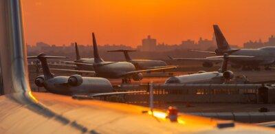 Adesivo Tramonto in aeroporto con aerei pronti a decollare