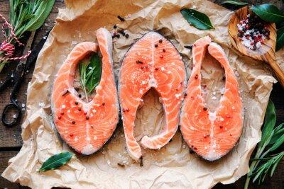 Adesivo tranci di salmone crudo con erbe aromatiche, sale e pepe in grani. vista dall'alto