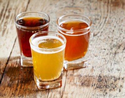 Adesivo Tre tipi di birra su fondo in legno vecchio, messa a fuoco selettiva