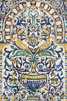 Adesivo Tunisia. Kairouan - la Zaouia di Sidi Saheb. Frammento del pannello di piastrelle di ceramica con motivi floreali e architettonici