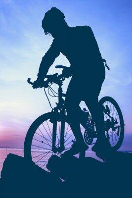 Adesivo Uno stile di vita sano. Silhouette di ciclista in sella alla bici in riva al mare.