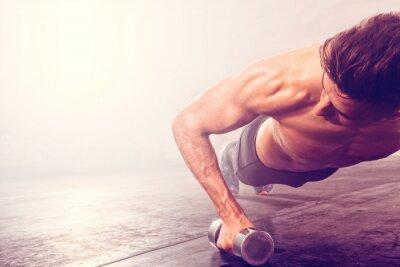 Adesivo Uomo che fa esercitazione push-up con manubri. Forte di sesso maschile facendo allenamento CrossFit.
