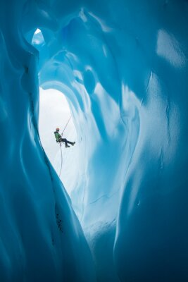 Adesivo Uomo Rappelling passato apertura di ghiacciaio blu sul ghiacciaio Matanuska, Alaska