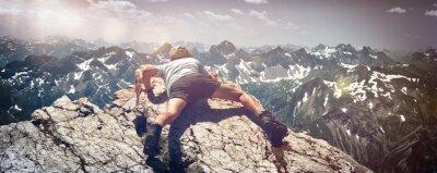 Adesivo Uomo Scrambling più di rocce sulla montagna Ledge