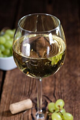 Adesivo Vecchio tavolo di legno con vino bianco