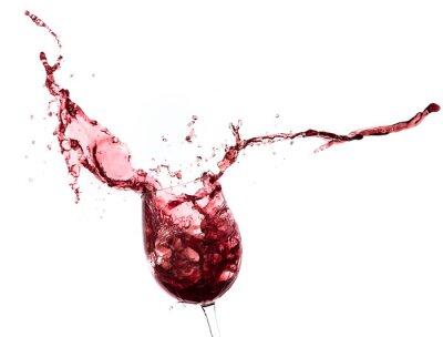Adesivo vino rosso che spruzza da un vetro, isolato su bianco
