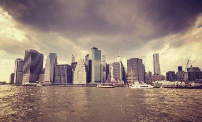 Adesivo Viola vecchio film stilizzato nuvole di pioggia sopra Manhattan lungomare, New York.