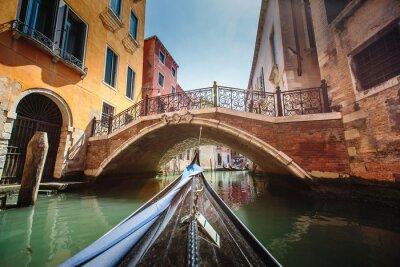 Adesivo Vista dalla gondola durante la corsa attraverso i canali di Venezia i