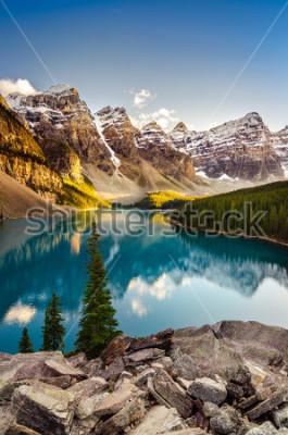 Adesivo Vista del paesaggio del lago e della catena montuosa morenica al tramonto alle montagne rocciose canadesi