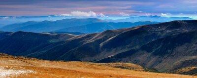 Adesivo Vista panoramica delle montagne autunnali e cime coperte con la prima neve al tramonto.