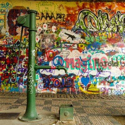 Carta da parati Acqua di pozzo e un muro di graffiti