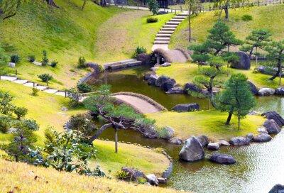 Carta da parati Alberi e piante giardino roccioso collinare con piccoli ponti sul torrente tortuoso, gradini in salita, alberi di pino