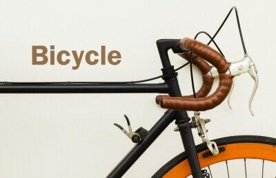 Carta da parati Alcuni di vecchia bicicletta sul muro bianco con la parola sullo spazio a sinistra lato.
