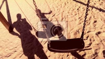 Carta da parati Altalena con catene e ombre su una spiaggia