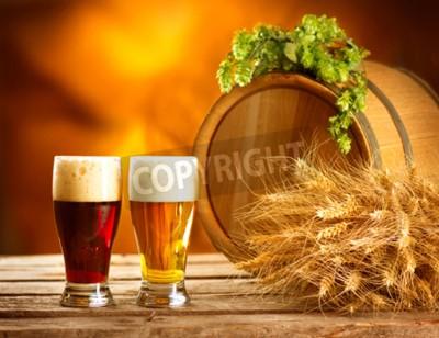 Carta da parati Ancora composizione vita con Vintage barile di birra e due bicchieri di birra scura e luce. Fresh concetto di birra ambrata. calli verdi di luppolo e grano su tavola di legno. Ingredienti per Brewery.