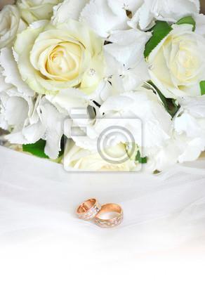 Bouquet Sposa Nozze Doro.Anelli Di Nozze Doro Su Un Velo Da Sposa Bianco E Bouquet Di Carta