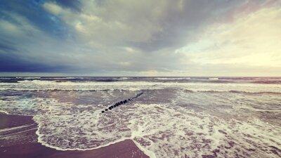 Carta da parati Annata tonica cielo tempestoso sopra mare mosso.
