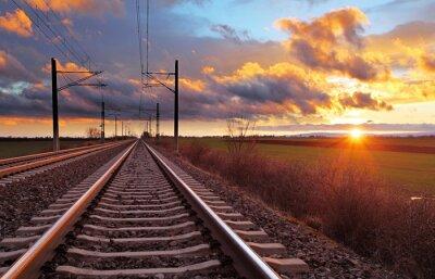 Carta da parati Arancione tramonto in nubi basse su ferrovia