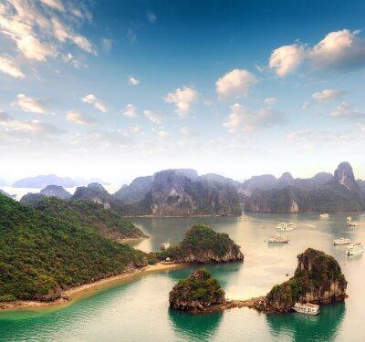 Carta da parati Arcipelago di molte isole in Halong Bay in Vietnam